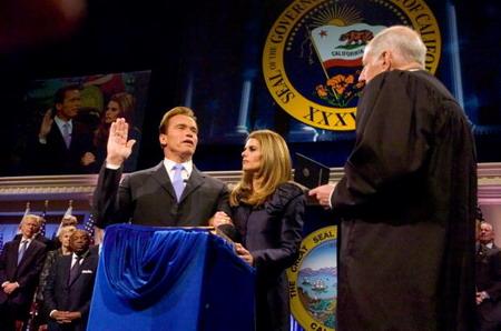 Присяга Арнольда Шварценегера: Арнольд Шварценегер (Arnold Schwarzenegger), Марія Шрівер (Maria Shriver) і Рональд М. Джордж (Ronald M. George). Фото: Pool/Getty Images News