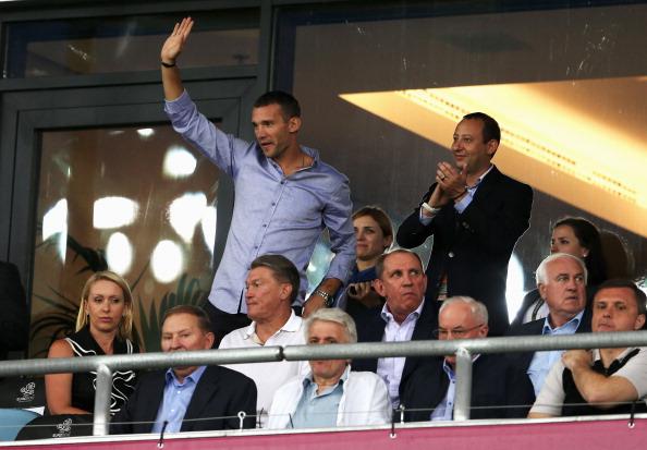 Андрей Шевченко приветствует своих поклонников перед матчем Англии и Италии на Олимпийском стадионе 24 июня 2012 года в Киеве. Фото: Scott Heavey/Getty Images