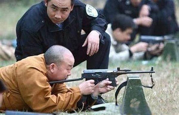 Для послідовника Будди вбивство будь-якої живої істоти є тяжким гріхом. У кого збирається стріляти цей чернець? Чи це просто така розвага? Фото з secretchina.com