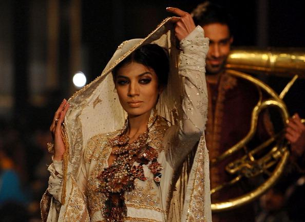 Презентация коллекции от Nomi Ansari на Неделе моды 2010 в Лахоре. Фото Arif Ali/AFP/Getty Images