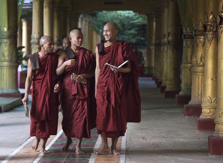 Путешествие в Бирму: Около 90% бирманцев исповедуют буддизм. Монахов в стране насчитывается свыше 400 000. Каждый бирманец дважды в своей жизни на некоторое время становится монахом. Фото: Paula Bronstein/Getty Images