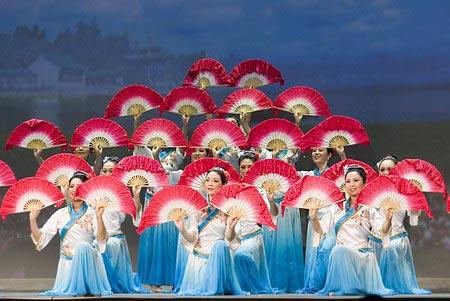"""Танец 'Веер'. Ансамбль Фусин (""""Возрождение""""). Хореограф: Сяо Сюэ. Музыка: Сюань Тун. Танец 'Веер' – это типичный народный китайский танец, гибкие танцевальные движения в сочетании с жизнерадостным ритмом отражают простые человеческие чувства и прекрасные"""