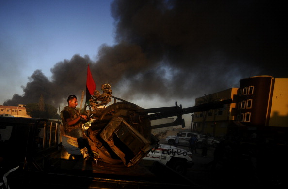 Боевики повстанческой армии из окрестности Абу-Салим, что на юге столицы устремились в Триполи, 25 августа 2011 года, во время тяжелых боев. Фото: Filippo Monteforte/Getty Images