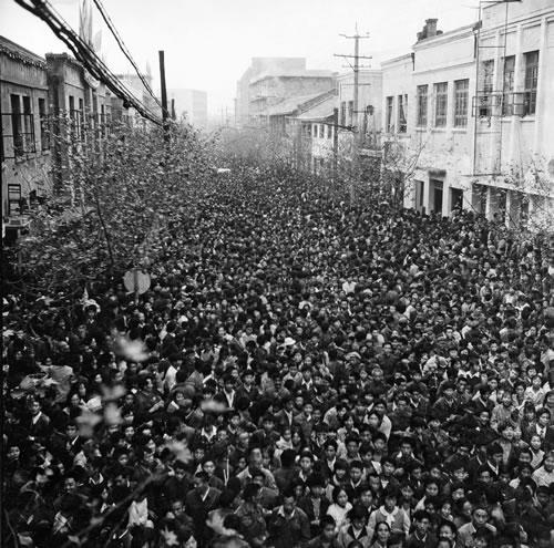 Празднование дня образования КНР. Люди со всех окрестных сёл приехали в город на праздничные торжества. Город Дэян провинции Сычуань. 1984 год. Фото: Zhang Xinmin