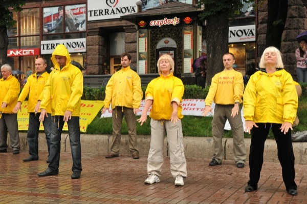 Послідовники Фалунь Дафа виконують вправу під час акції в Києві 26 червня 2011 року. Фото: Володимир Бородін/The Epoch Times Україна