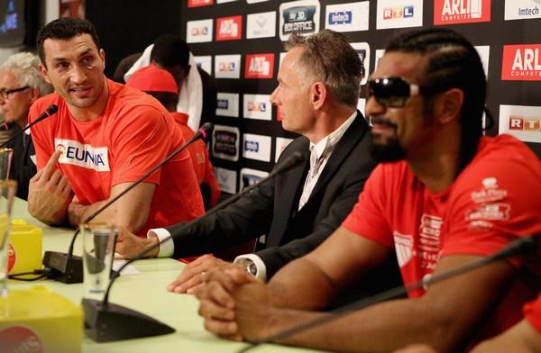 Британец Дэвид Хэй и Владимир Кличко во время пресс-конференции после тяжелого матча 2 июля 2011 года в Гамбурге, Германия. Фото: Scott Heavey/Getty Images