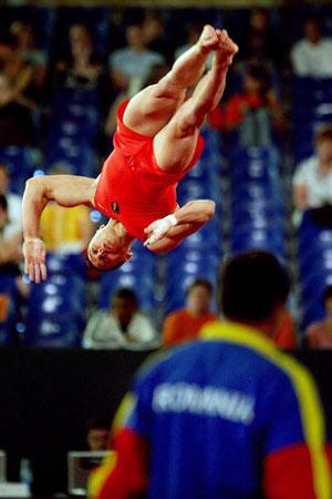 Амстердам, НІДЕРЛАНДИ: Razvan Dorin Selariu з Румунії виступає під час чемпіонату Європи із спортивної гімнастики. Фото ARIS MESSINIS/AFP/Getty Images