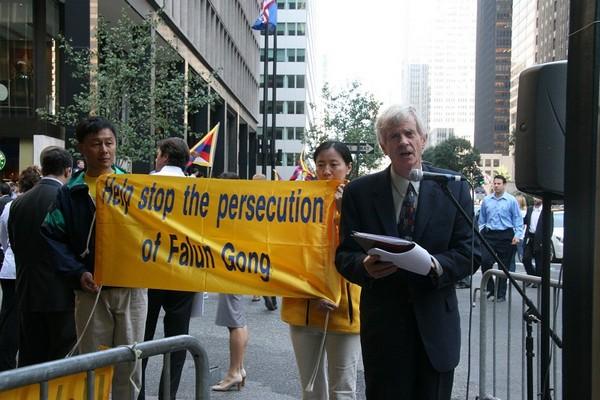На митинге выступил бывший госсекретарь Канады по делам Азиатско-Тихоокеанского региона Дэвид Килгур. Фото: Даи Бин/ The Epoch Times
