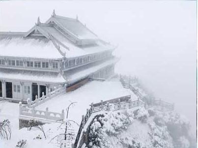 Храм на горах Емей. Фото з zhengjian.org