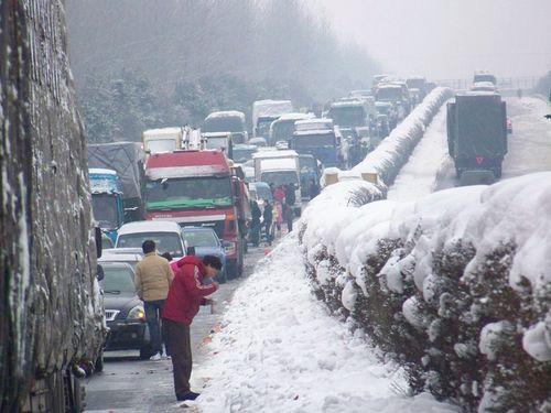 На обмерзлій трасі на декілька десятків кілометрів розтягнулася низка застряглих у пробці машин. Фото з epochtimes.com