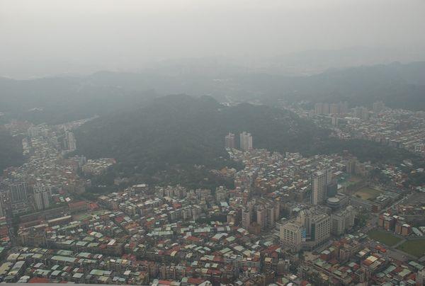 Вид с крыши небоскрёба Тайбэй-101. Фото с aboluowang.com
