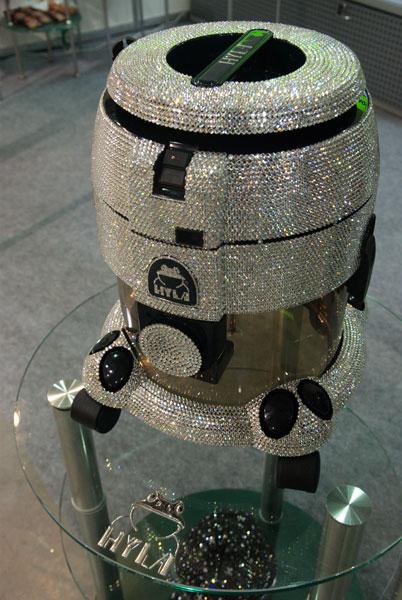 Пилосос прикрашений кристалами Сваровскі вартістю 37 тис. гривень. Фото: The Epoch Times