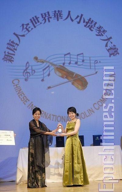 Голова журі конкурсу Лінь Цзя вручає приз за 1-е місце конкурсантці № 17 Тун Янь. Фото: Даї Бін/The Epoch Times