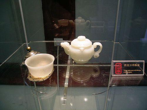 Чайник и чаша из белой яшмы. Фото с secretchina.com