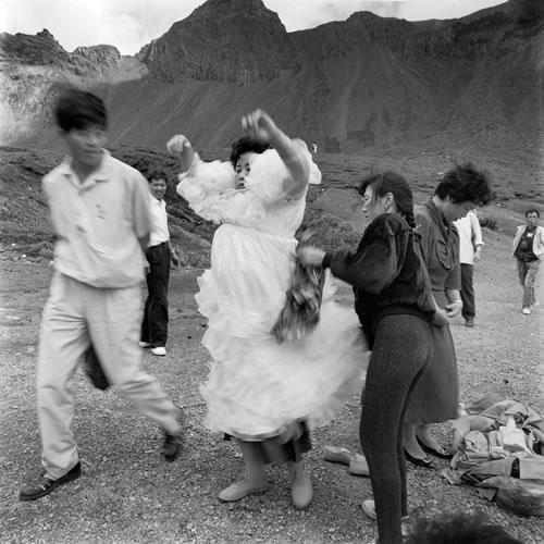 Туристы фотографируются в фате у подножия гор Чанбайшань. Провинция Цзилинь. 1991 год.