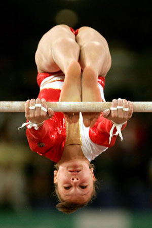 Амстердам, НІДЕРЛАНДИ: Українка Dariya Zgoba взяла перше місце на брусах під час чемпіонату Європи із спортивної гімнастики. Фото ARIS MESSINIS/AFP/Getty Images