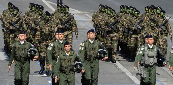 Пілоти авіабази Villacoublay йдуть попереду спеціальних повітряно-піхотних військ. Парад у Парижі на Єлисейських полях 14 липня 2011. Фото: Getty Images