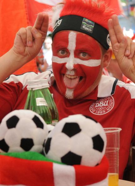 Датский болельщик на главной площади Львова до матча Германии против Дании 17 июня 2012 года. Фото: YURIY DYACHYSHYN/AFP/Getty Images
