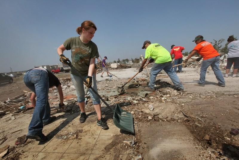 Уборка мусора. Фото: Scott Olson/Getty Images