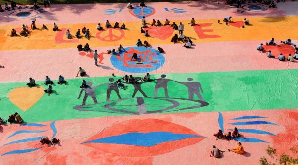 Понад 200 художникам знадобилося сім годин і 50 літрів фарби для створення цієї Катріни з нагоди Всесвітнього дня інвалідів. 3 грудня, Ахмедабад, Індія. Фото: SAM PANTHAKY / AFP / Getty Images