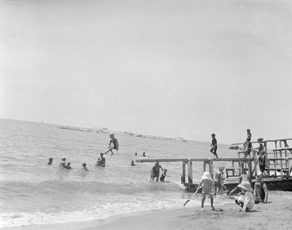 Китайская республика. Дети купаются в Бохайском заливе. Провинция Хэбэй. Фото с aboluowang.com