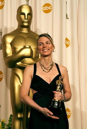Торіл Коув (Torill Kove) з 'Оскаром'. У номінації 'Кращий анімаційний короткометражний фільм' нагороду отримав мультфільм 'Данський поет' (The Danish Poet). Фото: Vince Bucci/Getty Images