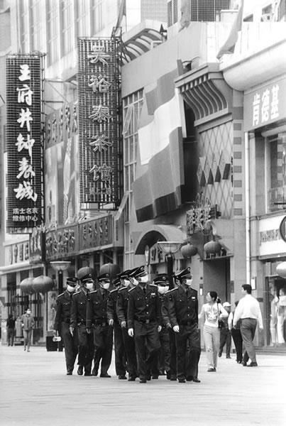 Патруль в респираторах. Пекин. 2003 год. Фото: Kai Tansen