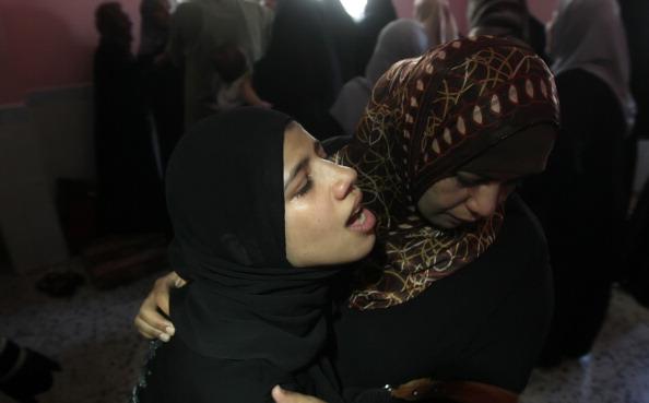 Палестинські жінки сумують під час похорону у Рафахі на півдні сектора Газа 25 серпня 2011 року. В результаті нанесення авіа-ударів шість жителів Сектору Газа загинули, 30 отримали поранення, за повідомленнями медиків. Фото: Said Khatib / Getty Images