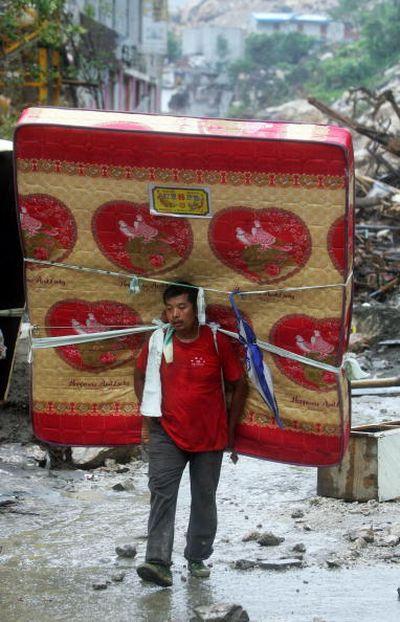Фото: Жителі м. Бейчуань провінції Сичуань повертаються додому. Фото: China Photos/Getty Images
