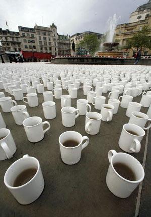 На Трафальгарській площі в Лондоні розставили 74 802 чашки чаю: саме стільки випиває середній британець за своє життя. Фото: Peter Macdiarmid/Getty Images