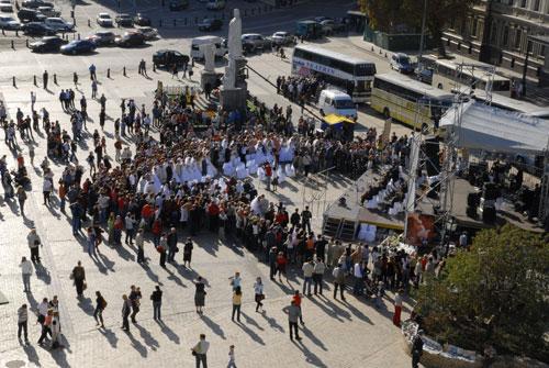 Массовая свадьба Киеве на Михайловской площади. Фото: Владимир Бородин/Великая Эпоха