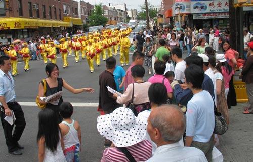 Група барабанщиків, яка складається із послідовників Фалуньгун, на мітингу у Брукліні, Нью-Йорк. Фото: Велика Епоха