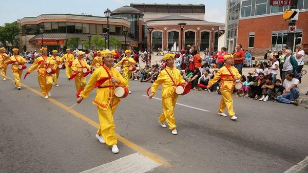 Творчий колектив «Лотос» і «Небесний оркестр» беруть участь у заходах, присвячених Дню незалежності Філіппін напроти будівлі муніципальної ради м. Торонто. Фото: Дань Я/Тhe Epoch Times