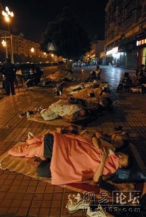 Люди боятся оставаться на ночь в домах и спят на улицах. Фото с secretchina.com