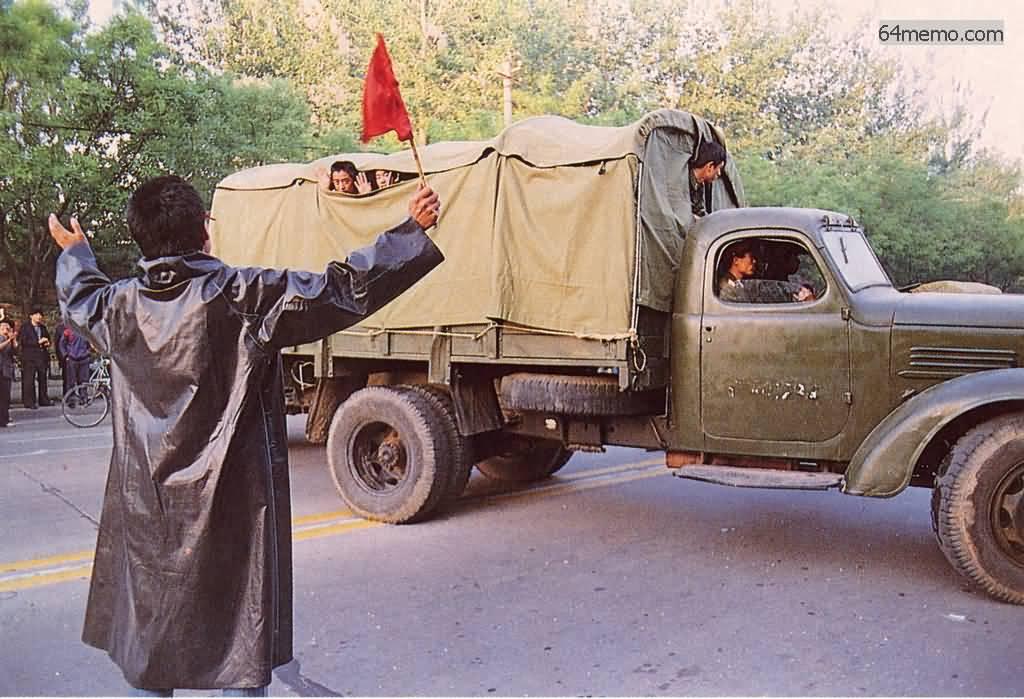 23 мая 1989 г. Армейским машинам с солдатами удалось поехать через гражданский заслон, и они двинулись к площади. Студенты рассказывают им свои демократические идеи, солдаты машут из машины в знак поддержки. Фото: 64memo.com