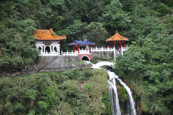 Храм Вечной Весны и водопад. Фото: Владо Ботка.