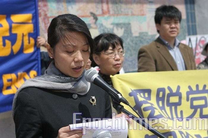 Виступає последовательніца Фалуньгун пані Ян. (Lin Chong/The Epoch Times)