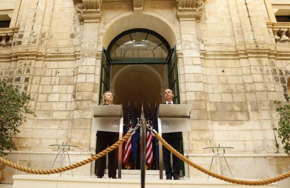 Государственный секретарь США Хиллари Клинтон и мальтийский премьер-министр Лоуренс Гонзи выступают с речью на пресс-конференции 18 октября 2011 года в Валлетте после их встречи по ситуации в Ливии. Фото: Kevin Lamarque/Getty Images