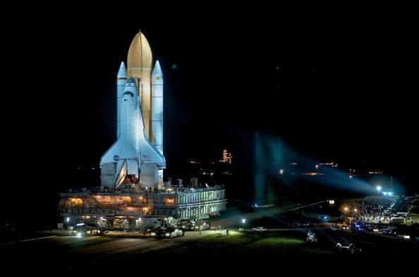 Шаттл «Атлантис» транспортируется на стартовую площадку 39А космодрома на мысе Канаверал. Фото: Roberto Gonzalez/Getty Images
