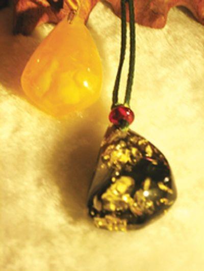 Підвіска з напівдорогоцінним каменем янтарем. Фото з epochtimes.com