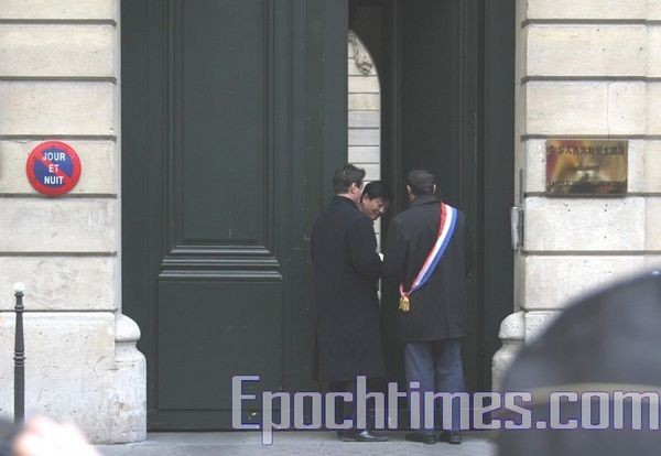 Г-н Лионель Люка входит в китайское посольство. Фото: Чжан Лэ/ The Epoch Times