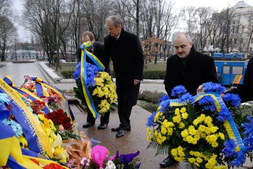 Юрій Костенко покладає квіти до пам'ятника Шевченкові. Фото: Володимир Бородін/Велика Епоха.