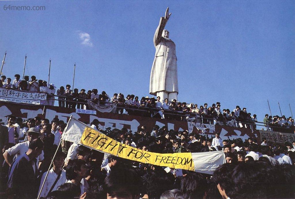 25 мая 1989 г. В г. Ченду провинции Сычуань под большим памятником Мао собрались люди, выражая поддержку пекинским студентам. На одном из плакатов написано «Борьба ради свободы». Фото: 64memo.com