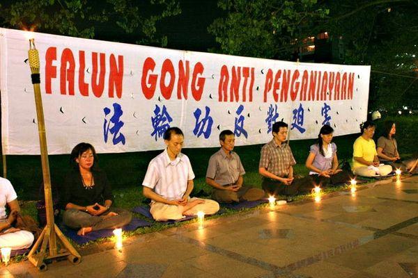 Индонезия. Акция, посвященная девятилетию со дня «инцидента 25 апреля». Фото с minghui.ca
