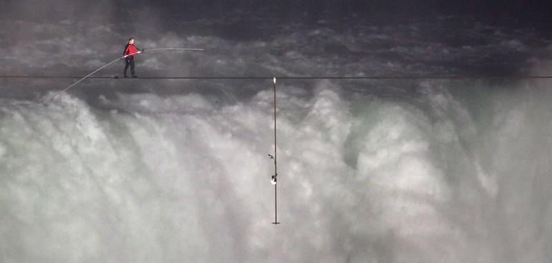 Ниагарский водопад, Канада, 15 июня. Воздушный акробат Ник Валленда впервые в мире перешёл из США в Канаду над Ниагарским водопадом по тросу длиной 1800 футов (549 м) и толщиной 2 дюйма (5 см). Фото: John Moore/Getty Images