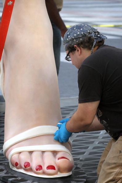 Скульптура Сьюарда Джонсона «Мэрилин навсегда», 15 июля 2011 года. Чикаго, штат Иллинойс. Скульптура возвышается на 26 футов в высоту и весит 34000 фунтов. Будет выставлена в Чикаго до весны 2012 года. Фото: Scott Olson / Getty Images