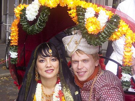Мишель Пауксцат и ее друг Ив Бюссе знакомят нас с красотой индийской свадьбы. Представляя малайско-сингапурскую общину Германии, во время парада они изобразили пару молодоженов. Фото: Чжихун Чжен/Великая Эпоха, Германия