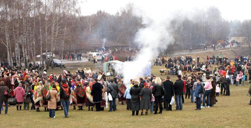 Много посетителей в этот день приехало на праздник проводов зимы. Фото: Юрий Петюк/Великая Эпоха