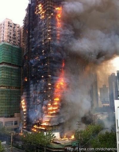 Пожежа в 28-поверховому будинку. Шанхай. Китайська Народна Республіка. 15 листопада 2010 р. Фото з epochtimes.com