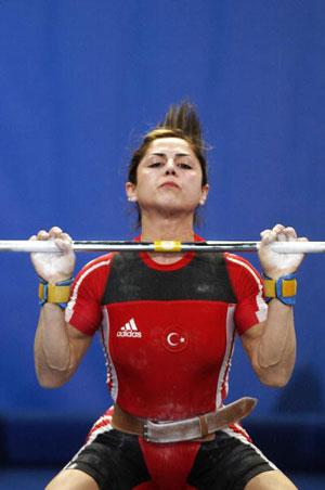 Страсбург, ФРАНЦІЯ: Sibel Simsek з Туреччини завоювала срібну медаль у ваговій категорії 63 кг на чемпіонаті Європи з важкої атлетики. Фото: OLIVIER MORIN/AFP/Getty Images